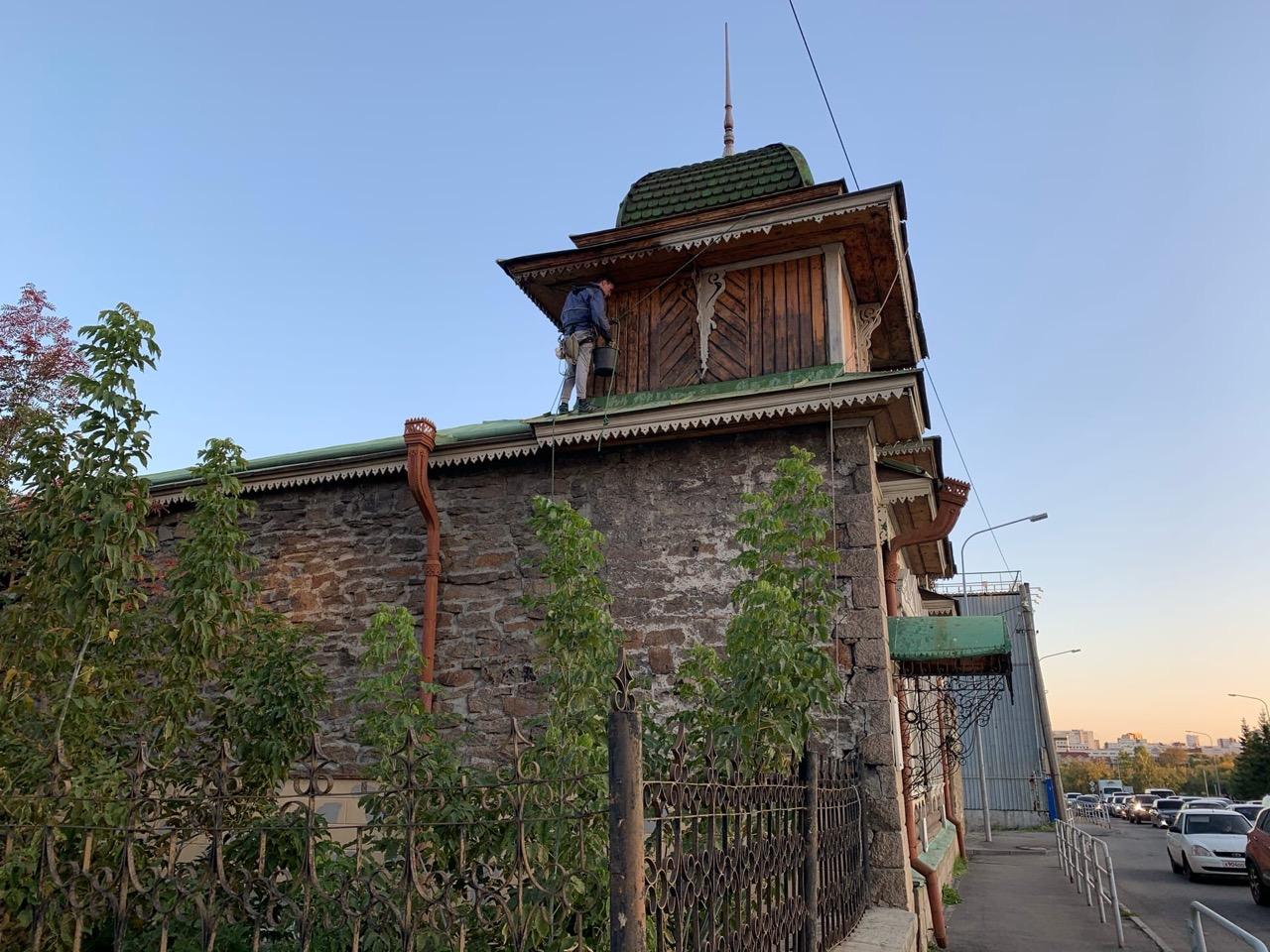 волонтёры красят башенки дома Рябинина в Челябинске
